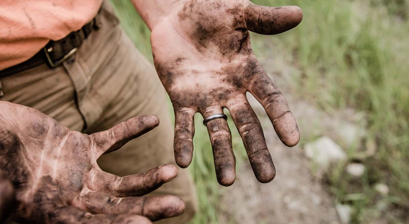 Mechanic's hands - Jesse Orrico 184803 Unsplash 1