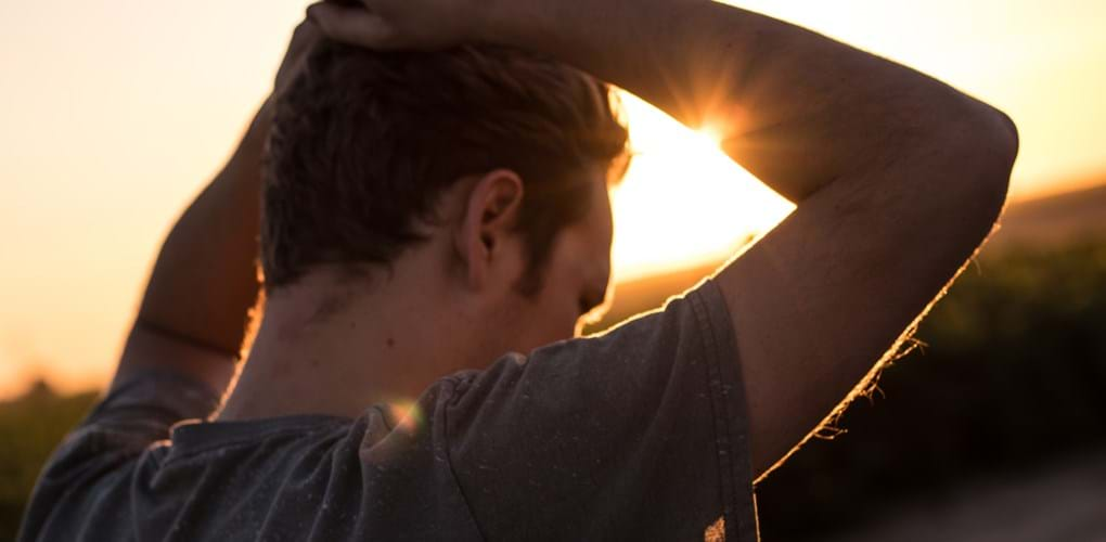 Hands on head with sunny background - Jeremy Perkins 278351 Unsplash 1